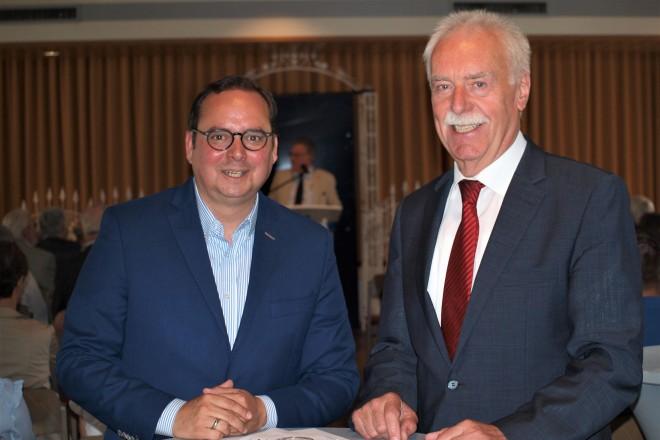 Oberbürgermeister Thomas Kufen und der 1. Vorsitzende des DJK Sportfreunde Katernberg 13/19 e.V. Wilhelm Bock.