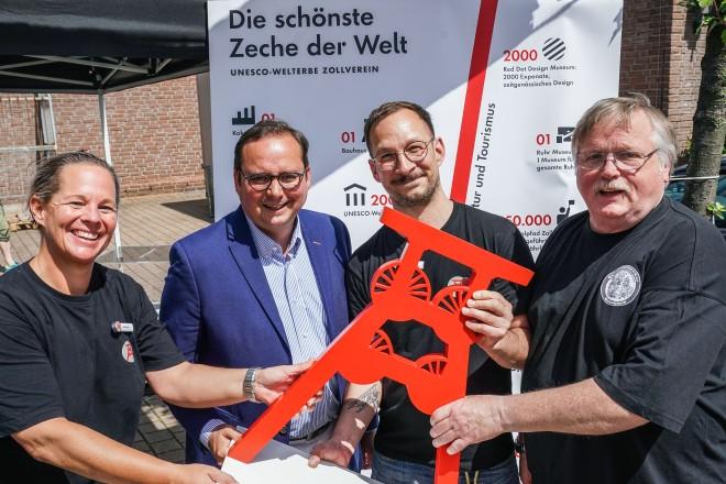 Foto: Familienfest 10. Schonnebecker Marktfest, Schonnebecker Markt mit Oberbürgermeister Kufen. Auf dem Foto: Nina Piesch, Thomas Kufen, Thomas Kuta und Siegfried Brandenburg.
