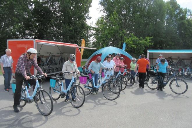 Foto: Bürgermeister Jelinek beim E-Bike-Training für Senioren.