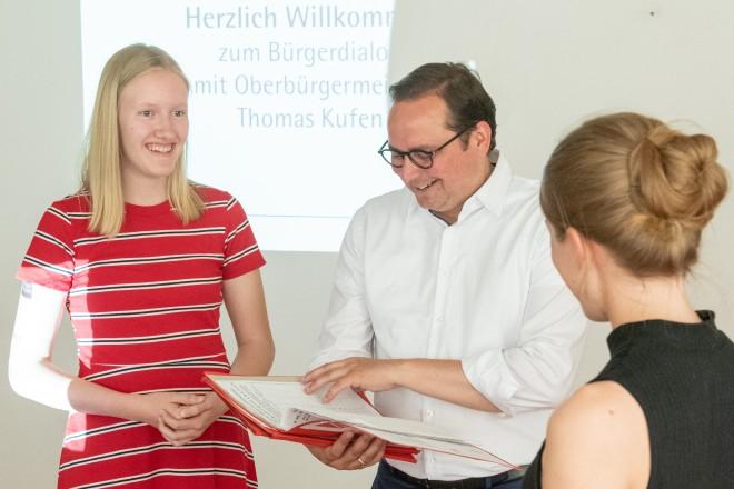 Zwei Schülerinnen des Goethe-Gymnasiums überreichen Oberbürgermeister Thomas Kufen eine Unterschriftenliste.