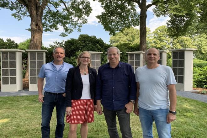 Melanie Ihlenfeld (2. v. l.), Fachbereichsleiterin Grün und Gruga, mit Christoph Breuling, Georg Mathias und Joachim Eichholz von der Friedhofsverwaltung.