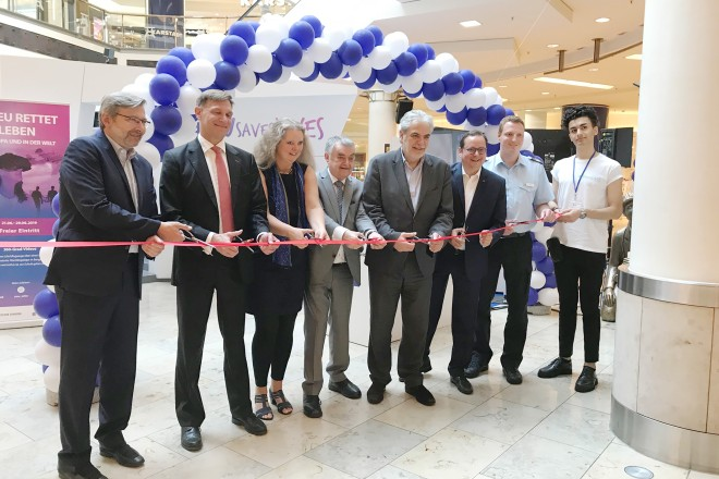 """Foto: Oberbürgermeister Thomas Kufen bei der Eröffnung der Wanderausstellung """"EU Saves Lives"""" der Europäischen Kommission im Einkaufszentrum Limbecker Platz."""