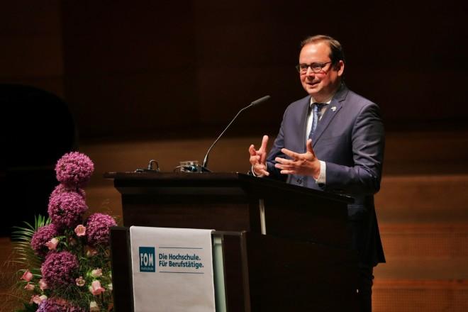 Oberbürgermeister Thomas Kufen begrüßt die Teilnehmer der FOM-Absolventenfeier