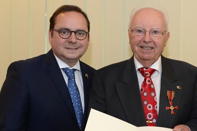 Oberbürgermeister Thomas Kufen überreicht das Verdienstkreuz am Bande an Josef Simon.