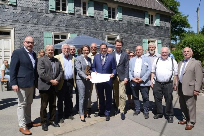 """Oberbürgermeister Thomas Kufen nahm den Zuwendungsbescheid """"Heimat-Zeugnis Deilbachhammer Ensemble"""" von NRW-Bauministerin Ina Scharrenbach entgegen."""