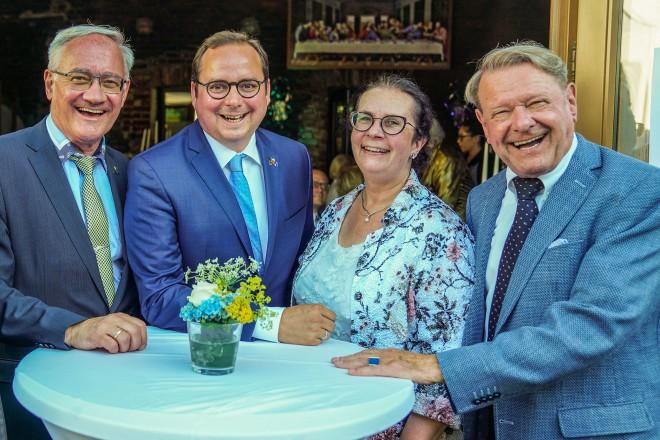140 Jahre Bürgergesellschaft Essen. V.l.n.r.: Hans-Peter Huch, Norbert Kleine-Möllhoff (Vorsitzender), Oberbürgermeister Thomas Kufen, Anette Kleine-Möllhoff und Manfred Hentschel (2. Vorsitzender).