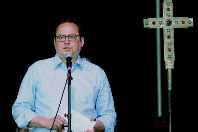 Oberbürgermeister Thomas Kufen begrüßt die Teilnehmerinnen und Teilnehmer des ökomenischen Outdoorgottesdienst in Essen- Bredeney.