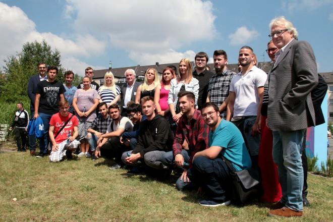 Foto: Ein Gruppenfoto der Auszubildenden und Teilnehmer, die für ihre erfolgreichen Abschluss geehrt werden.