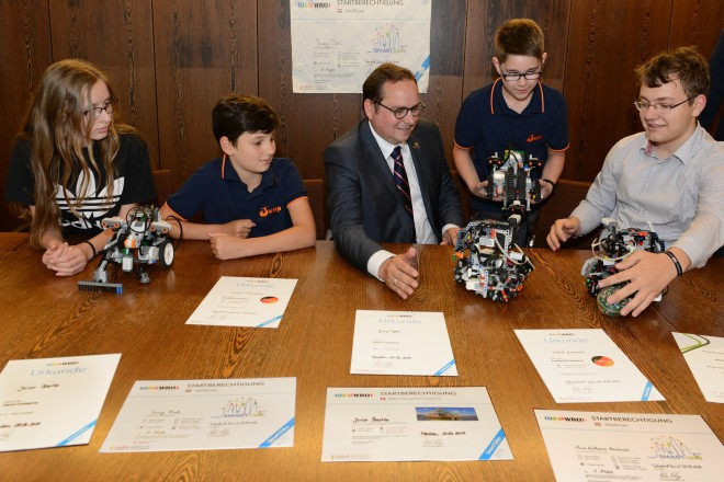 Teilnehmer des WRO Weltfinales in der Kategory Football besuchen Oberbürgermeister Thomas Kufen
