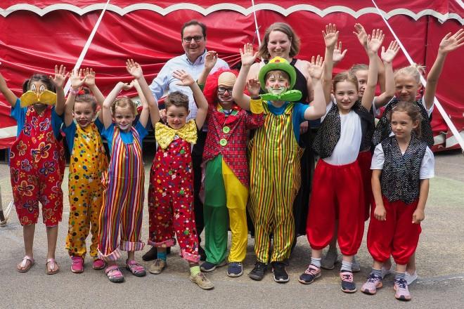 Zirkusprojekt der Fischlaker Grundschule Schulleiterin Monika Spielkamp und einige der Clowns und Artisten empfingen OberbürgermeisterThomas Kufen vor dem Zirkuszelt.