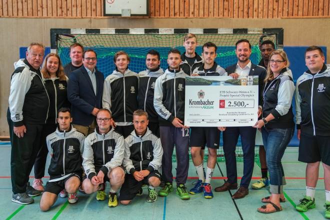 Oberbürgermeister Thomas Kufen gemeinsam mit der Special Olympics Mannschaft beim Handballtunier des ETB.