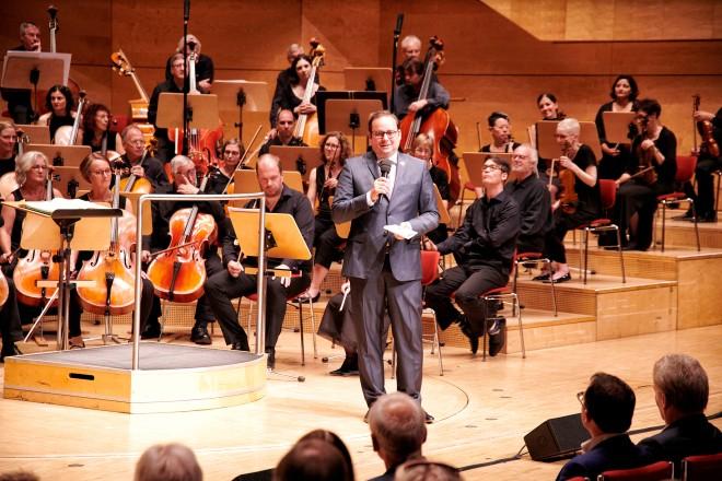"""Oberbürgermeister Thomas Kufen begrüßt die Konzertbesucher beim Benefiz- Konzert des European Doctors Orchestra """" Musik hilft heilen """""""