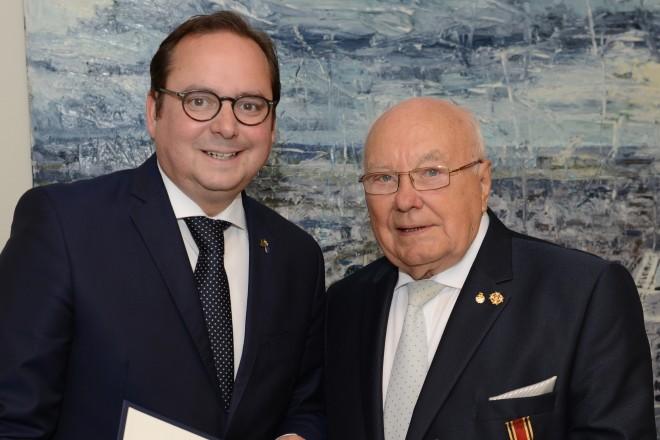 Oberbürgermeister Thomas Kufen überreicht das Verdienstkreuz am Bande des Verdienstordens der Bundesrepublik Deutschland an Heinz Brümmer.