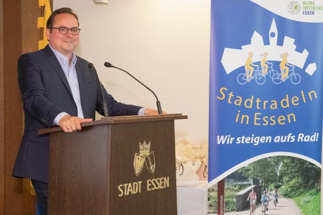 Foto: Stadtradeln Preisverleihung. Oberbürgermeister Thomas Kufen zeichnet die gewinnenden Teilnehmer aus.
