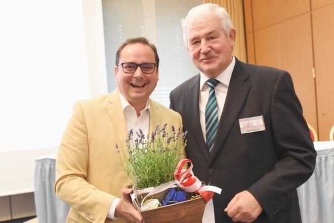 Foto: Oberbürgermeister Thomas Kufen mit dem SoVD-Landesvorsitzenden Franz Schrewe.