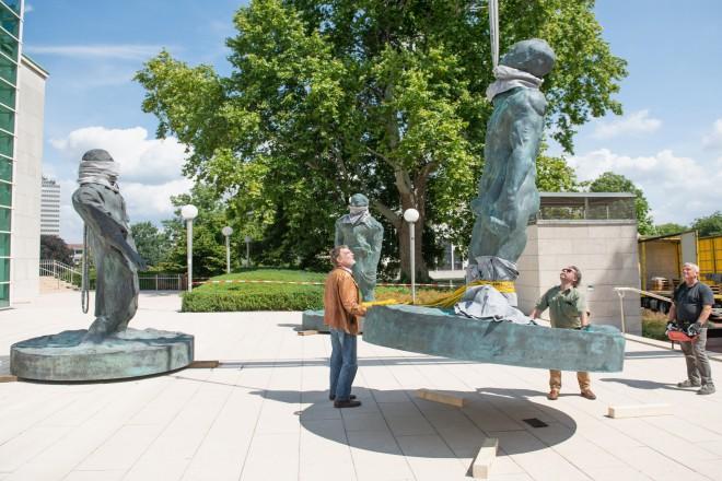 Foto: Der Künstler Thomas Schütte beim Aufbau seiner Skulpturen.