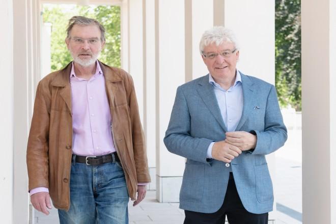 Foto: Der Künstler Thomas Schütte mit dem ehemaligen Essener Kulturdezernenten Prof. Dr. Oliver Scheytt beim Aufstellen der Skulpturen.