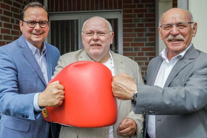 Oberbürgermeister Thomas Kufen und Bürgermeister Rudolf Jelinek gratulieren Hubert Wildschütz-Mizia zum 75. Geburtstag.