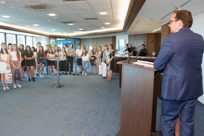 Oberbürgermeister Thomas Kufen spricht zu den jungen Gästen aus Essens Partnerstädten.