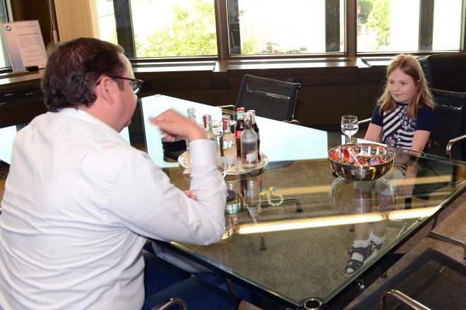 Die Schülerin Julia Richter besuchte Oberbürgermeister Thomas Kufen.