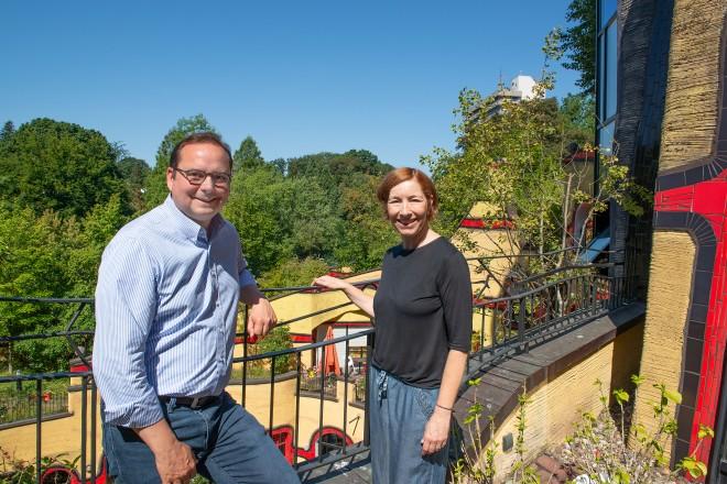 Oberbürgermeister Thomas Kufen traf sich zum Informationsaustausch im Hundertwasserhaus mit Sabine Holtkamp, Leiterin des Hundertwasserhauses.