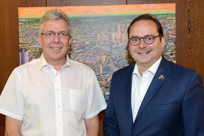 Oberbürgermeister Thomas Kufen verabschiedete den Leiter des Umweltamtes Matthias Sinn.