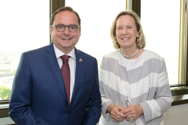 Oberbürgermeister Thomas Kufen verabschiedet Dr. Petra Beckers in den Ruhestand.