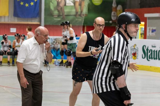 """Bürgermeister Rudolf Jelinek bei der Jubiläumsveranstaltung """"10 Jahre RuhrPott Roller Derby""""."""