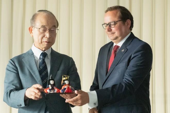 Foto: Professor Yasushi Aoyama, ehemaliger Vizegouverneur von Tokio, überreichte Oberbürgermeister Thomas Kufen Gastgeschenke.