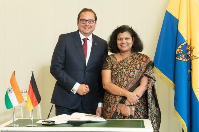 Foto: Oberbürgermeister Thomas Kufen begrüßt die indische Generalkonsulin aus Frankfurt am Main, Pratibha Parkar und bedankt sich für Ihren Eintrag ins Gästebuch.