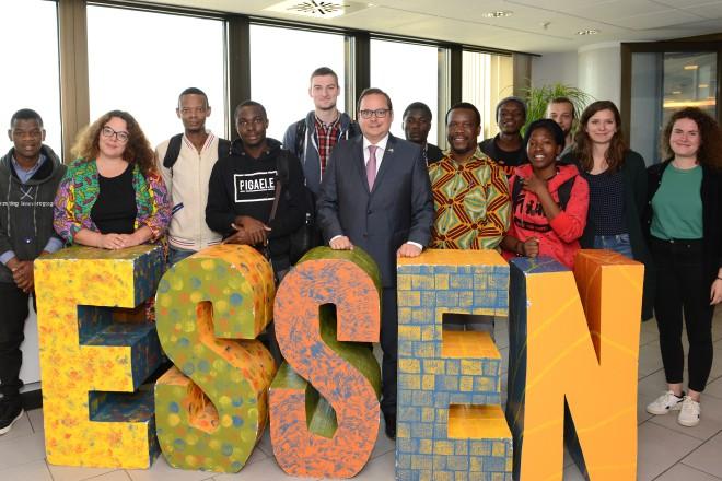 Oberbürgermeister Thomas Kufen begrüßt Austauschteilnehmerinnen und -teilnehmer aus Malawi