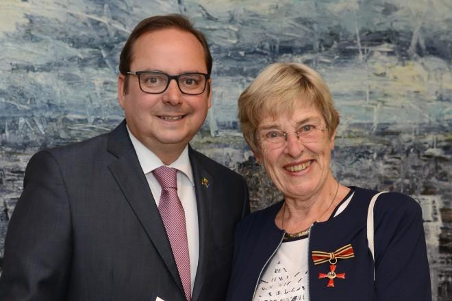 Oberbürgermeister Thomas Kufen überreicht das Verdienstkreuz am Bande an Helga Herrmann