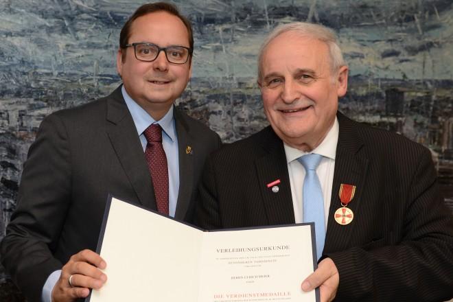 Oberbürgermeister Thomas Kufen überreicht die Verdienstmedaille des Verdienstordens der Bundesrepublik Deutschland an Ulrich Meier