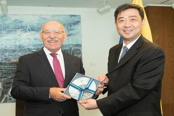 Foto: Delegation der chinesischen Partnerstadt Changzhou, unter Vorsitz des dortigen Parteisekretärs Quan Wang, zu Besuch im Rathaus. Es empfängt der erste Bürgermeister Rudolf Jelinek.