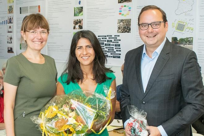Foto: Staatssekretärin Serap Güler besucht das Kommunale Integrationszentrum und wird von der Integrationsbeauftragten Galina Borchers (links) sowie Oberbürgermeister Thomas Kufen begrüßt.
