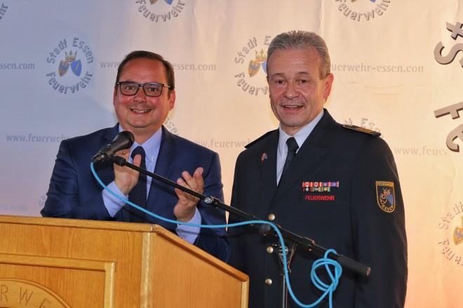 Oberbürgermeister Thomas Kufen (l.) bei der Verabschiedung des langjährigen Leiters der Feuerwehr Essen, Ulrich Bogdahn.