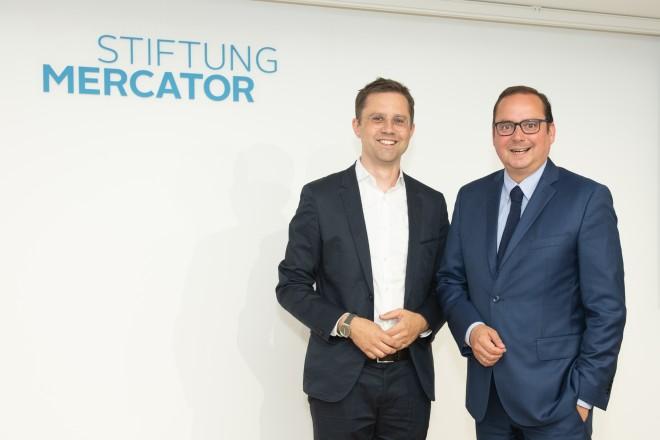 Oberbürgermeister Thomas Kufen zu Gast auf dem Sommerfest der Stiftung Mercator gemeinsam mit Michael Schwarz , Geschäftsführer der Stiftung.