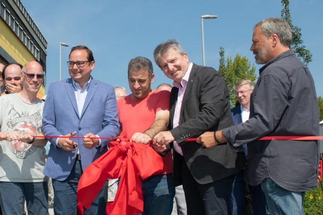 Foto: Oberbürgermeister Thomas Kufen (Mitte) und Sozialdezernent Peter Renzel (zweiter von rechts) bei der Eröffnung des neuen Außengeländes der GSE-Werkstatt Frillendorf.