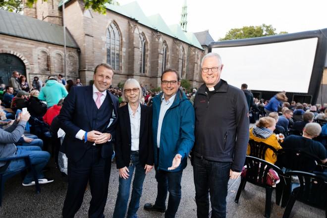 Open-Air-Kino der Lichtburg. v.r.n.l: Dompropst Monsignore Thomas Zander, Oberbürgermeister Thomas Kufen, Lichtburgchefin Marianne Menze und Lars Martin Kliewe (Vorstand Stadtwerke Essen als Sponsor).