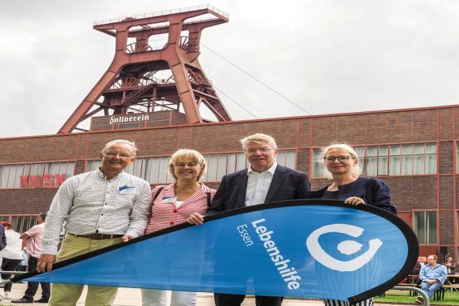 Eröffnung des Sommerfestes der Lebenshilfe Essen e.V. V.l.n.r.: Dr. Günter Zahn, Monika Oncken, Bürgermeister Franz-Josef Britz und Beate Fuhr