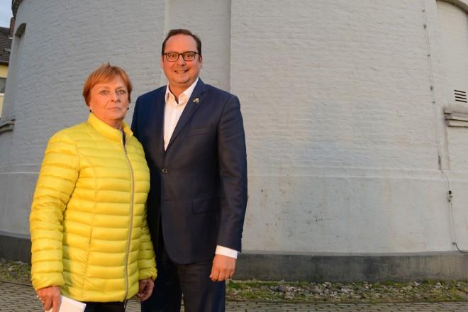 Einschaltung der Beleuchtung am Frintroper Wasserturm. Oberbürgermeister Thomas Kufen und Hannelore Heck, Bürger- und Verkehrverein Essen-Frintrop