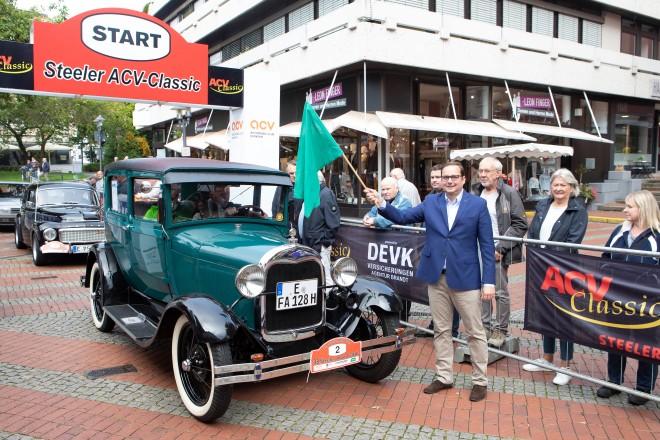 Foto: Oberbürgermeister Thomas Kufen gibt den Start frei für die 33. Steeler ACV Oldtimer-Rallye