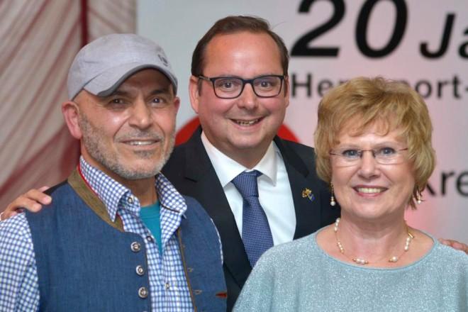 Foto: Oberbürgermeister Thomas Kufen besucht den Herzsport-Festabend anlässlich des 20-jährigen Bestehens des Herzsport-Centers. v.l.n.r: Dr. Mohsen Tekiyeh, Oberbürgermeister Thomas Kufen und Margitta Freund.