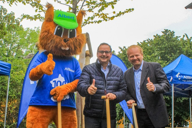 Foto: Oberbürgermeister Thomas Kufen und Samuel Serifivon der Allbau GmbH pflanzen zusammen mit Maskottchen Albert den Baum des Jahres 2019, die Flatterulme