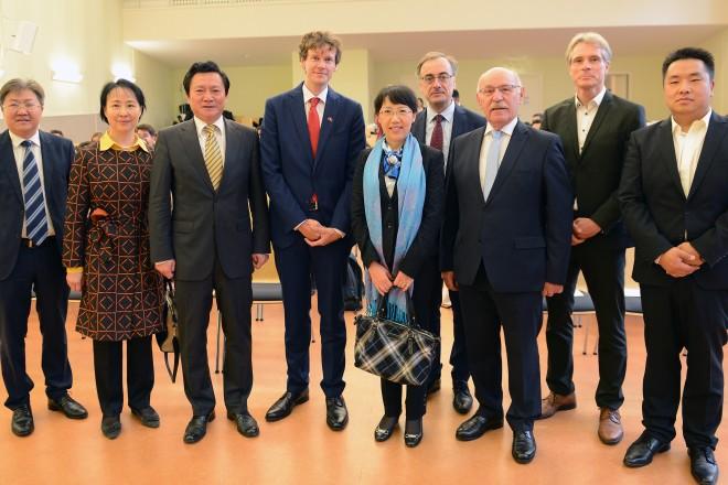 Foto: Bürgermeister Rudolf Jelinek (3. v. r.) begrüßt die Botschaftsrätin Jinqiu Guo (Mitte) im Burggymnasium.
