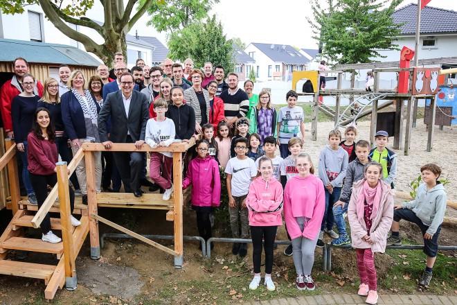 Foto: Oberbürgermeister Kufen beim Spielplatzprojekt der Auszubildenden der Sparkasse Essen