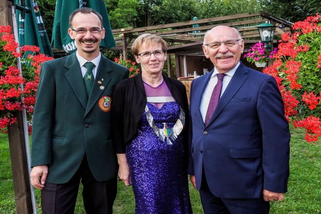 Foto: Bürgermeister Rudolf Jelinek (rechts) mit Sven Westermann, Kreisvorsitzender des Schützenkreises 022 Essen e.V., und Assindia-Kaiserin Christa Ganser beim Kreisfest des Schützenkreises.