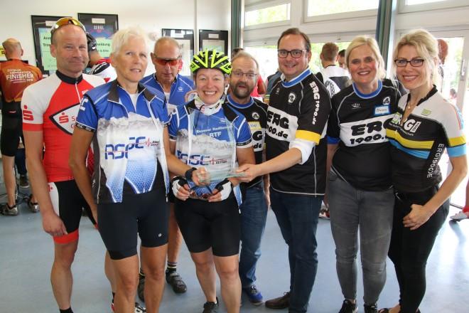 Oberbürgermeister Thomas Kufen übereicht die Trophäen an die Siegerinnen und Sieger der Mannschaftswertung.