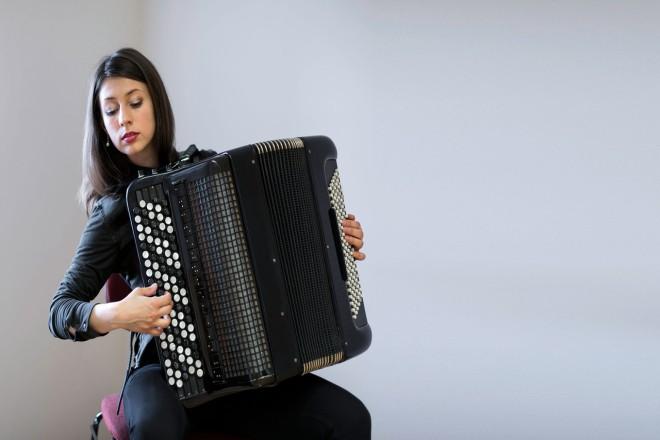 Foto: Tetiana Muchychka spielt am Akkordeon