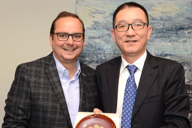 Foto: Oberbürgermeister Thomas Kufen und Yubing Wang, General Manager, China Petrochemical International Co., Ltd. (SINOPEC).